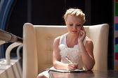 Mooie vrouw praten over een telefoon — Stockfoto