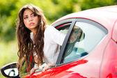 Junge hübsche frau blick auf rückseite auto — Stockfoto