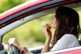 Sürüş sırasında makyaj yapıyor kadın — Stok fotoğraf