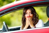 Jeune femme assez peur dans la voiture — Photo