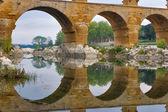 Aquädukt und seine spiegelung — Stockfoto