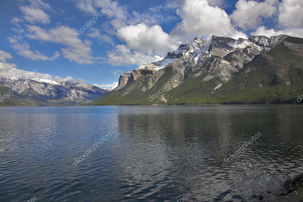 Northern mountains surrounding the magic lake covered by an easy ripples — Stock Photo #5993100