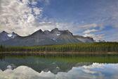 Mountain and lake. — Stock Photo