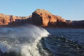 Sunset rays illuminate the shore of the lake. Arizona, USA. — Stock Photo