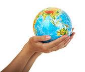 Globe in de handen van de womens — Stockfoto