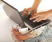 赚到钱使用您的计算机 — 图库照片