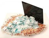 Ruso un montón de dinero en un ordenador portátil — Foto de Stock