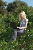美少女がラップトップの屋外での作業. — ストック写真