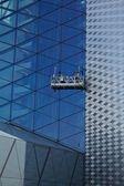 рабочие, мойка фасада windows современное офисное здание (очистка gl — Стоковое фото
