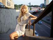 Güzel sarışın model açık. sokak moda fotoğraf. — Stok fotoğraf