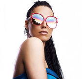 Beautiful fashion mulatto woman wearing sunglasses over a white background. — Stok fotoğraf