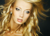 Niesamowity portret pięknej młodej blond kobieta. fotografia studio szczegół twarz — Zdjęcie stockowe