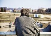 Hombre solitario senior con gabardina quedarse detrás de cámara — Foto de Stock