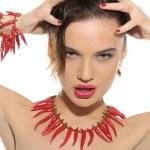 donna sexy con gioielli di peperoncino — Foto Stock