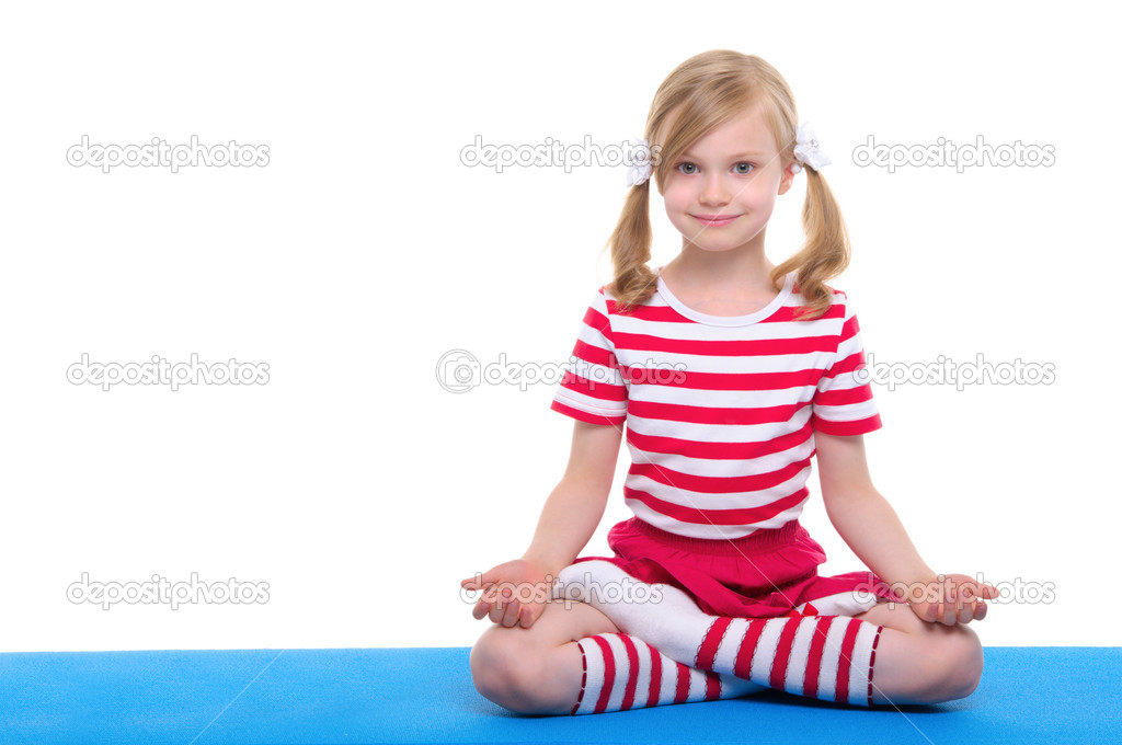 Girl with eyes open practice yoga on blue rug — Stock Photo #6175728