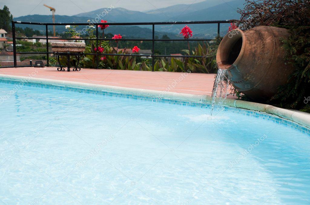 Piscina com cascata de vaso fotografias de stock for Vaso piscina