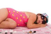 Mädchen im badeanzug am strand schlafen — Stockfoto