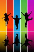 Saltando las siluetas de los niños — Vector de stock
