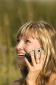 Frau sprechende telefon natur — Stockfoto