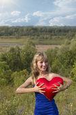 Kvinna kudde symboliska hjärta sunrise — Stockfoto