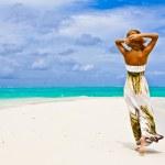 美しい若い女性は、ビーチで一人歩き — ストック写真