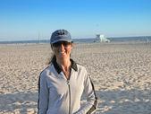 Dziewczyna o zachodzie słońca w venice beach — Zdjęcie stockowe