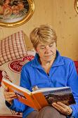 старший женщина, читая книгу — Стоковое фото
