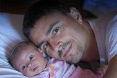 Ojciec słodyczy dla córki — Zdjęcie stockowe