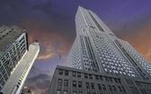Wolken über dem reich state building, new york city — Stockfoto