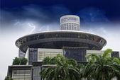 Bouře nad zaoblené moderní budova, singapur — Stock fotografie