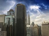 Tempête sur les gratte-ciel de kuala lumpur — Photo
