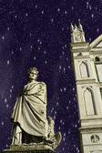 繁星满天的夜晚在露天广场圣十字教堂、 佛罗伦萨 — 图库照片