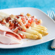 White asparagus with tomatoes and ham — Stock Photo