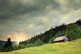 Casa de madeira em um montanhas — Fotografia Stock