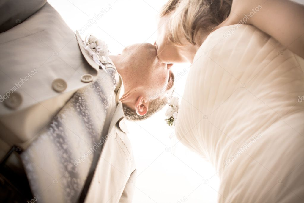 A bride and groom kissing on their wedding day — Stock Photo #6434413