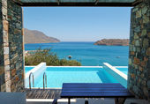 Swimming pool by luxury villa with a view on Spinalonga Island, — Stock Photo