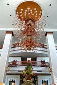 Il lustro nella hall dell'hotel di lusso, pattaya, thailandia — Foto Stock
