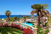 Swimming pool, open-air restaurant and beach of luxury hotel, Te — Stock Photo