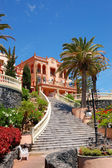 Escalier à l'hôtel de luxe, orné de fleurs, tenerife — Photo