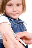 Očkování dítěte na bílém pozadí. — Stock fotografie