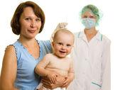 Médecin avec un bébé sur un fond blanc. — Photo