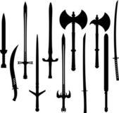 Set van zwaarden en assen silhouetten — Stockvector