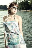 Retrato de una mujer joven dulce y encantadora lleva gafas de sol — Foto de Stock