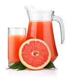 全玻璃和水罐的葡萄柚汁和孤立的水果 — 图库照片