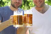 Deux hommes avec une bière légère — Photo