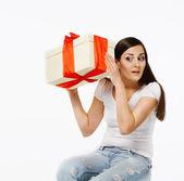 Brunetka s dárek — Stock fotografie