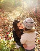 Dos hermanas en bosque otoñal — Foto de Stock