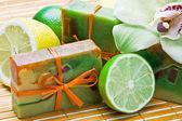 Naturalne mydła ręcznie robione i owoców — Zdjęcie stockowe