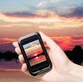 Mobiele telefoon verwijdert de prachtige zonsondergang — Stockfoto