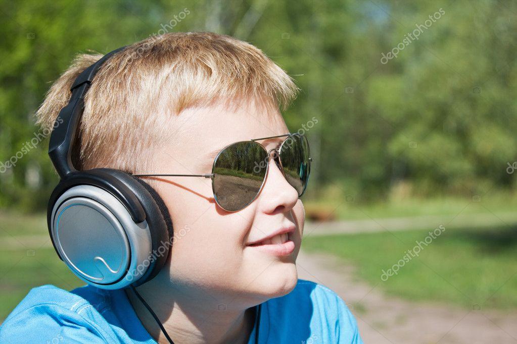 男孩听音乐 — 图库照片08doroshin#6600219